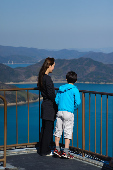 Fumie and Anthony Enjoying the View -- Mt. Takamiyama (高見山) -- Onomichi, Hiroshima, Japan -- Copyright 2011 Jeffrey Friedl, http://regex.info/blog/