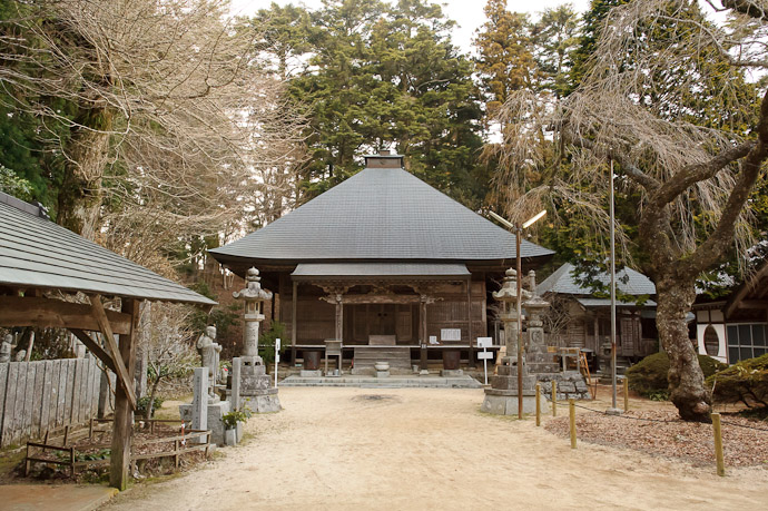 Simple Courtyard -- Takanawa Temple (高縄寺) -- Matsuyama, Ehime, Japan -- Copyright 2011 Jeffrey Friedl, http://regex.info/blog/