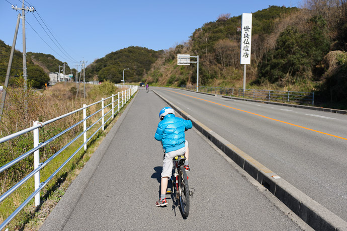 Falling Behind -- Imabari, Ehime, Japan -- Copyright 2011 Jeffrey Friedl, http://regex.info/blog/