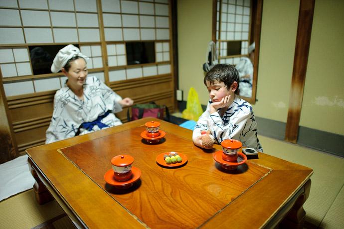 Just a bit Impatient -- Dougo Onsen (道後温泉) -- Matsuyama, Ehime, Japan -- Copyright 2011 Jeffrey Friedl, http://regex.info/blog/