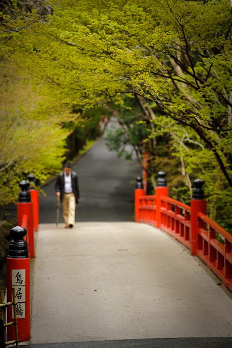 desktop background image of entrance bridge to the Imakumano Kannonji Temple (今熊野観音寺) in Kyoto, Japan -- Morning Constitutional -- Imakumano Kannonji Temple (今熊野観音寺) -- Copyright 2011 Jeffrey Friedl, http://regex.info/blog/