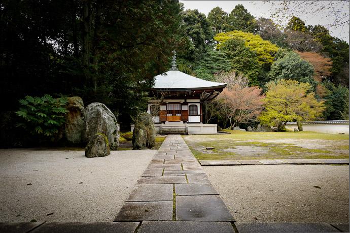 desktop background image of a scene from the Zenryuuji Temple (善龍寺) in Kyoto, Japan -- Zenryuuji Temple and Inari Daimyou Shrine (善龍寺、稲荷大明神社) -- Copyright 2011 Jeffrey Friedl, http://regex.info/blog/