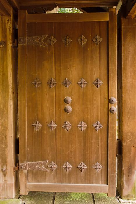 desktop background image of the door on the gate to the Zenryuuji Temple (善龍寺) in Kyoto, Japan -- Zenryuuji Temple and Inari Daimyou Shrine (善龍寺、稲荷大明神社) -- Copyright 2011 Jeffrey Friedl, http://regex.info/blog/
