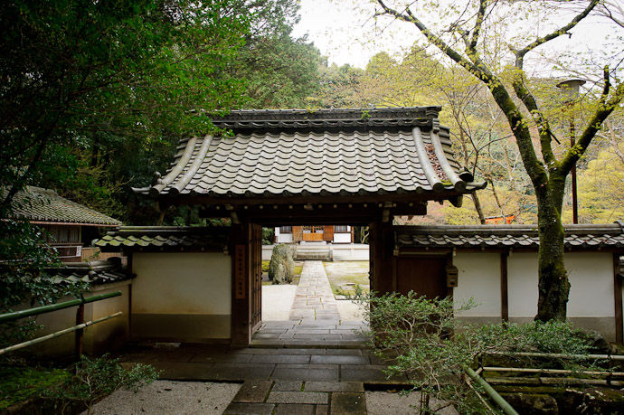 Entrance to the Zenryuuji Temple and Inari Daimyou Shrine (善龍寺、稲荷大明神社) -- Zenryuuji Temple and Inari Daimyou Shrine (善龍寺、稲荷大明神社) -- Kyoto, Japan -- Copyright 2011 Jeffrey Friedl, http://regex.info/blog/