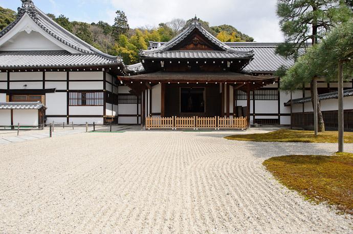Sennyuji Temple(泉涌寺) -- Kyoto, Japan -- Copyright 2011 Jeffrey Friedl, http://regex.info/blog/