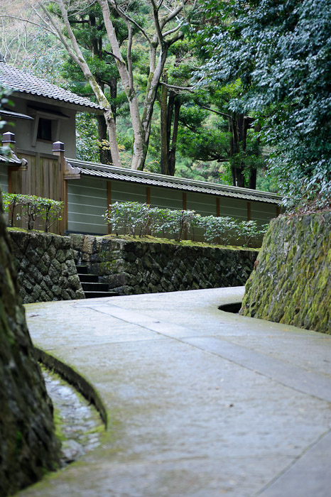 Service Path -- Sennyuji Temple(泉涌寺) -- Kyoto, Japan -- Copyright 2011 Jeffrey Friedl, http://regex.info/blog/
