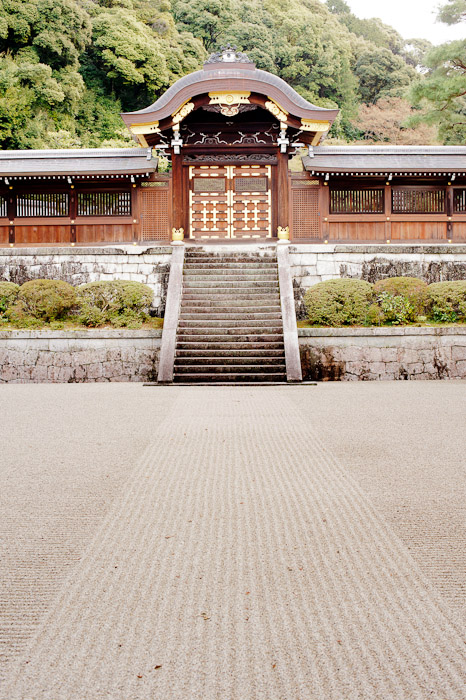 Better Than a Red Carpet -- Sennyuji Temple(泉涌寺) -- Kyoto, Japan -- Copyright 2011 Jeffrey Friedl, http://regex.info/blog/