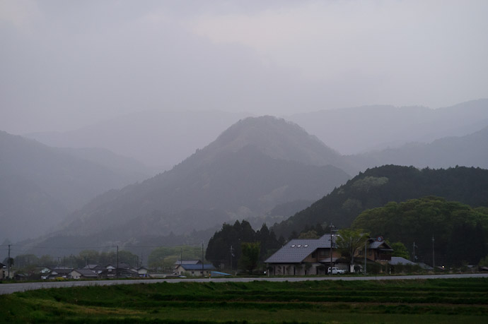 Fading layers of hills fading into the mist -- Toyooka, Hyogo, Japan -- Copyright 2011 Jeffrey Friedl, http://regex.info/blog/