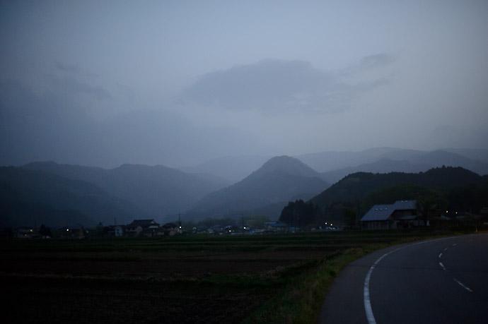 Deepening Dusk -- Toyooka, Hyogo, Japan -- Copyright 2011 Jeffrey Friedl, http://regex.info/blog/