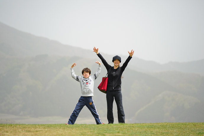 Mountaintop Silliness on a hazy Mt. Kannabe, Toyooka City, Hyogo, Japan -- 神鍋山 噴火口 -- Toyooka, Hyogo, Japan -- Copyright 2011 Jeffrey Friedl, http://regex.info/blog/