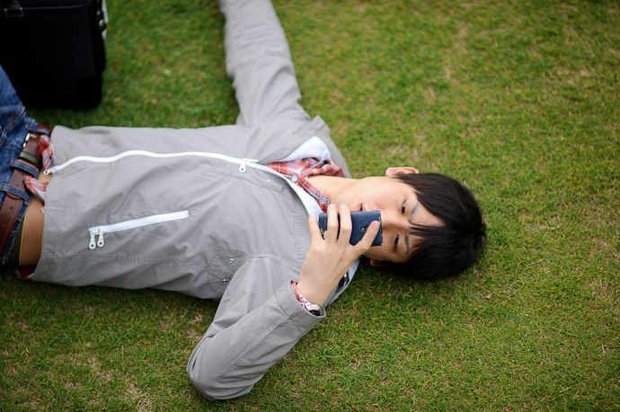 Texting -- Tokyo Midtown -- Minato Ward, Tokyo, Japan -- Copyright 2011 Jeffrey Friedl, http://regex.info/blog/