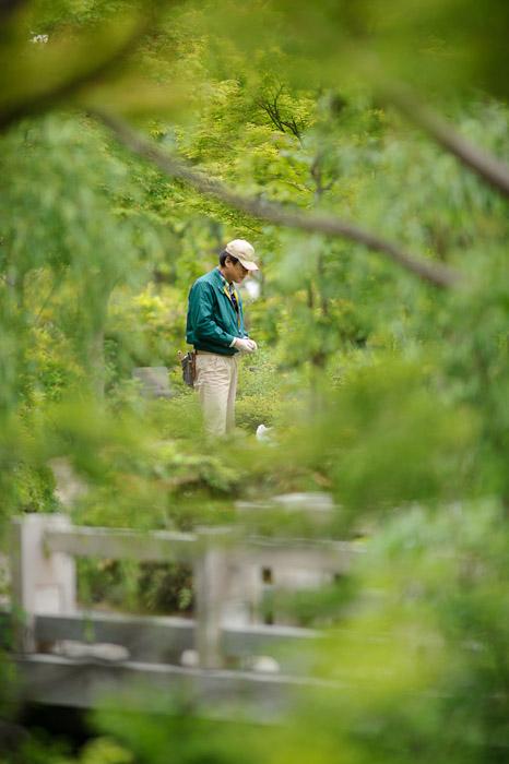 Gardener -- Tokyo Midtown -- Minato Ward, Tokyo, Japan -- Copyright 2011 Jeffrey Friedl, http://regex.info/blog/