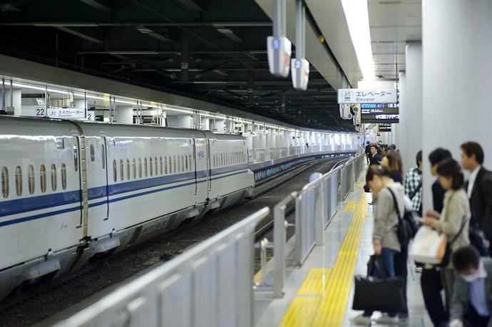 Little Toy Train -- Shinagawa Station (品川駅) -- Minato Ward, Tokyo -- Copyright 2011 Jeffrey Friedl, http://regex.info/blog/