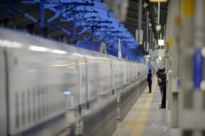Checking Email -- Kyoto Station (京都駅) -- Kyoto, Japan -- Copyright 2011 Jeffrey Friedl, http://regex.info/blog/