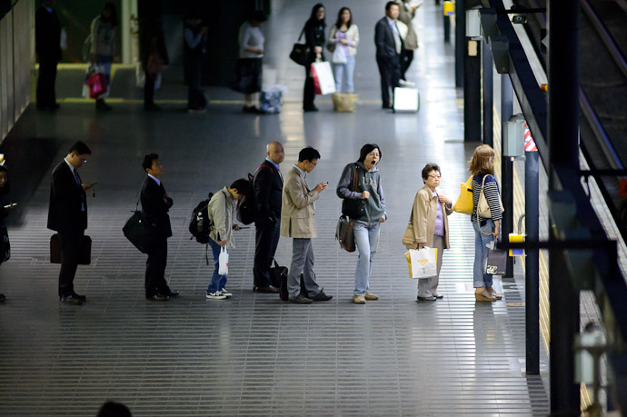 Tired of waiting -- Kyoto Station (京都駅) -- Kyoto, Japan -- Copyright 2011 Jeffrey Friedl, http://regex.info/blog/