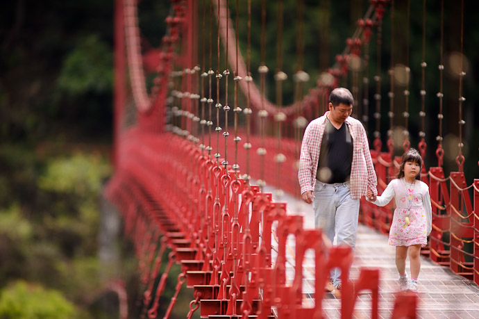Stroll a father and daughter cross the Zaobashi Bridge over the Aridagawa River Wakayama Prefecture, Japan -- Aridagawa, Wakayama, Japan -- Copyright 2011 Jeffrey Friedl, http://regex.info/blog/