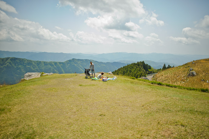 Picnic at the Top of the World a family enjoys a quiet outing with a view Oishikougen, Wakayama Prefecture, Japan -- Oishi Kougen (生石高原) -- Kaisougun, Wakayama, Japan -- Copyright 2011 Jeffrey Friedl, http://regex.info/blog/