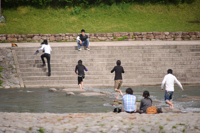 Getting Your Feet Wet -- Kyoto, Japan -- Copyright 2011 Jeffrey Friedl, http://regex.info/blog/
