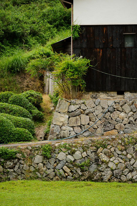 desktop background image of an old farmstead in Uji City, Japan -- @ 125mm -- Uji, Kyoto, Japan -- Copyright 2011 Jeffrey Friedl, http://regex.info/blog/