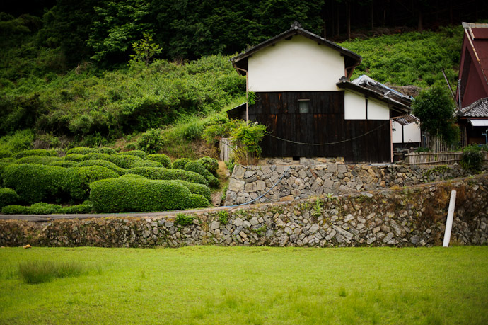 desktop background image of an old farmstead in Uji City, Japan -- @ 50mm -- Uji, Kyoto, Japan -- Copyright 2011 Jeffrey Friedl, http://regex.info/blog/