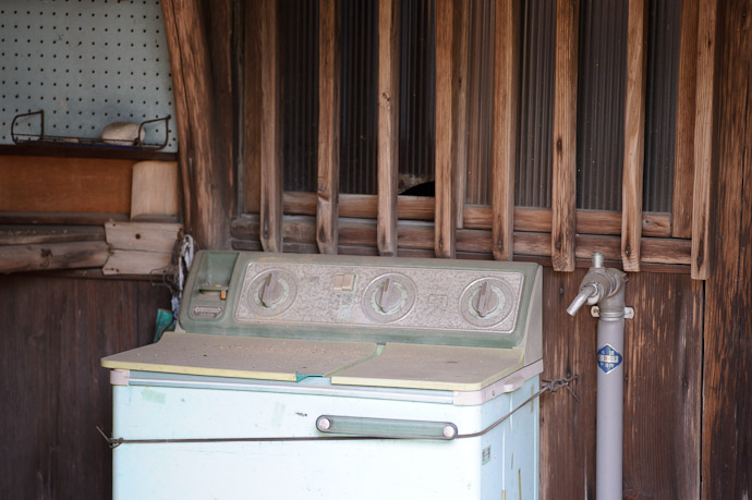 Old Washing Machine -- Uji, Kyoto, Japan -- Copyright 2011 Jeffrey Friedl, http://regex.info/blog/