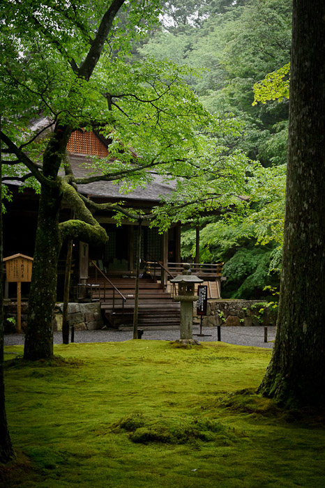 desktop background image of one of the many garden areas at the Sanzen-in Temple (三千院), Kyoto Japan -- Outlying Building -- Sanzen-in Temple (三千院) -- Copyright 2011 Jeffrey Friedl, http://regex.info/blog/
