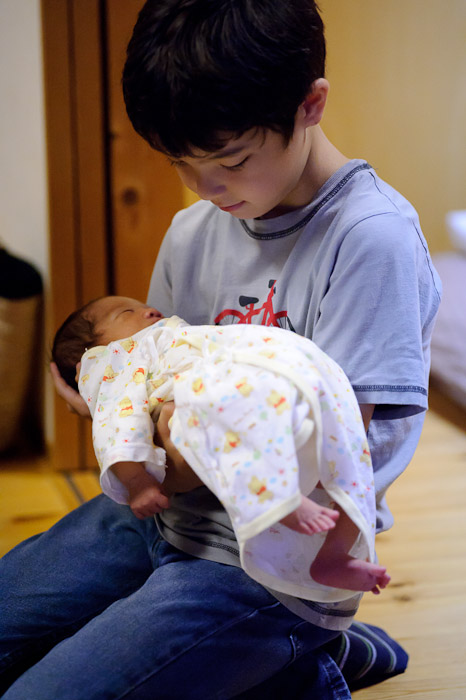 Meeting His Cousin Nao she's 4 days old -- Japan, Mie Prefecture Tsu久居東鷹跡町185 -- Tsu, Mie, Japan -- Copyright 2011 Jeffrey Friedl, http://regex.info/blog/