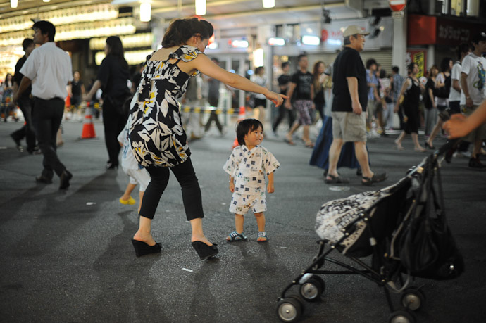 Active Kid kept Mom on the run -- Gion Matsuri (祇園祭) -- Kyoto, Japan -- Copyright 2011 Jeffrey Friedl, http://regex.info/blog/