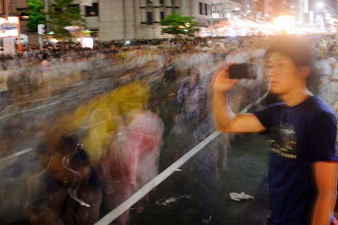 4 Seconds braced against a wobbly signpost -- Gion Matsuri (祇園祭) -- Kyoto, Japan -- Copyright 2011 Jeffrey Friedl, http://regex.info/blog/
