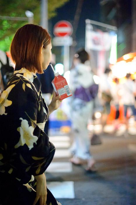 Apple-Juice Girl -- Gion Matsuri (祇園祭) -- Kyoto, Japan -- Copyright 2011 Jeffrey Friedl, http://regex.info/blog/