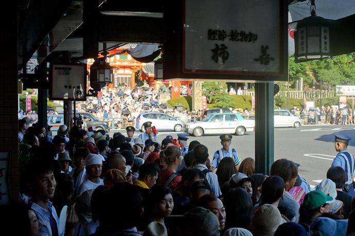 20 Minutes Before The Start traffic still flowing, but sidewalks are definitely getting packed -- Gion Matsuri Shinkousai (祇園祭、神幸祭) -- Kyoto, Japan -- Copyright 2011 Jeffrey Friedl, http://regex.info/blog/