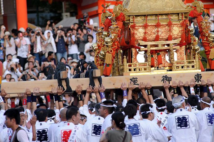 Portable Shrine one of three -- Gion Matsuri Shinkousai (祇園祭、神幸祭) -- Kyoto, Japan -- Copyright 2011 Jeffrey Friedl, http://regex.info/blog/