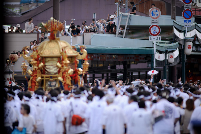 Finally Heading Off as people watch from a parking structure in the background -- Gion Matsuri Shinkousai (祇園祭、神幸祭) -- Kyoto, Japan -- Copyright 2011 Jeffrey Friedl, http://regex.info/blog/
