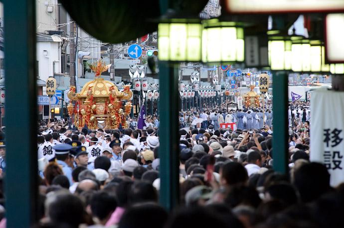 Both Now Well Away -- Gion Matsuri Shinkousai (祇園祭、神幸祭) -- Kyoto, Japan -- Copyright 2011 Jeffrey Friedl, http://regex.info/blog/