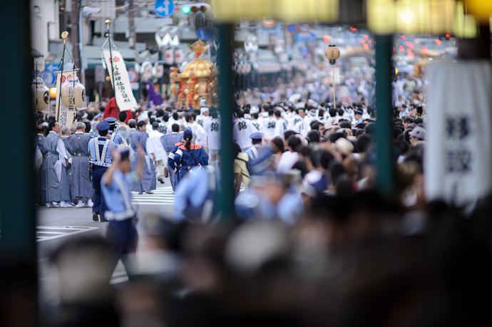 Closing Processional followed by running Kyoto City paramedics, just in case, I suppose -- Gion Matsuri Shinkousai (祇園祭、神幸祭) -- Kyoto, Japan -- Copyright 2011 Jeffrey Friedl, http://regex.info/blog/