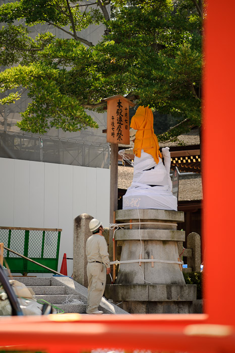Still Under Wraps -- Fushimi-Inari Taisha (伏見稲荷大社) -- Kyoto, Japan -- Copyright 2011 Jeffrey Friedl, http://regex.info/blog/