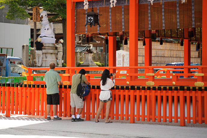 Spectators friends from out of town, watching the statue unveiling -- Fushimi-Inari Taisha (伏見稲荷大社) -- Kyoto, Japan -- Copyright 2011 Jeffrey Friedl, http://regex.info/blog/