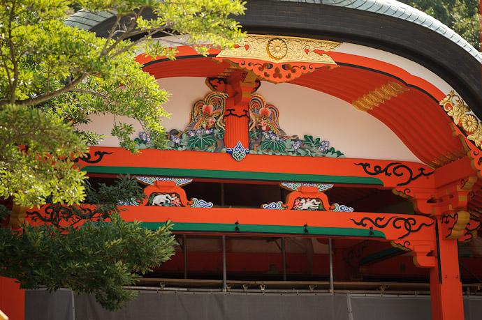 Dazzling Colors at the under-renovation Fushimi Inari Shrine (伏見稲荷大社) Kyoto, Japan -- Fushimi-Inari Taisha (伏見稲荷大社) -- Copyright 2011 Jeffrey Friedl, http://regex.info/blog/