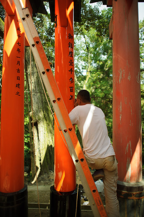 Gate Maintenance -- Fushimi-Inari Taisha (伏見稲荷大社) -- Kyoto, Japan -- Copyright 2011 Jeffrey Friedl, http://regex.info/blog/