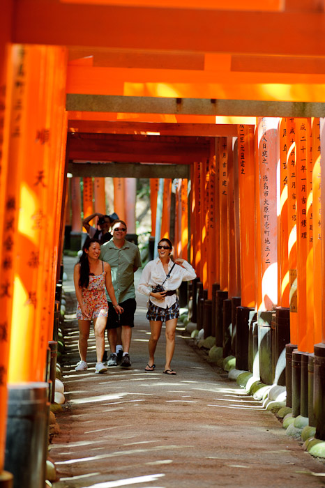 Always a Fun Time with this group -- Fushimi-Inari Taisha (伏見稲荷大社) -- Kyoto, Japan -- Copyright 2011 Jeffrey Friedl, http://regex.info/blog/
