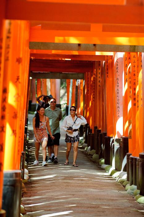 Always a Fun Time with this group -- Fushimi-Inari Taisha (伏見稲荷大社) -- Kyoto, Japan -- Copyright 2011 Jeffrey Friedl, http://regex.info/blog/