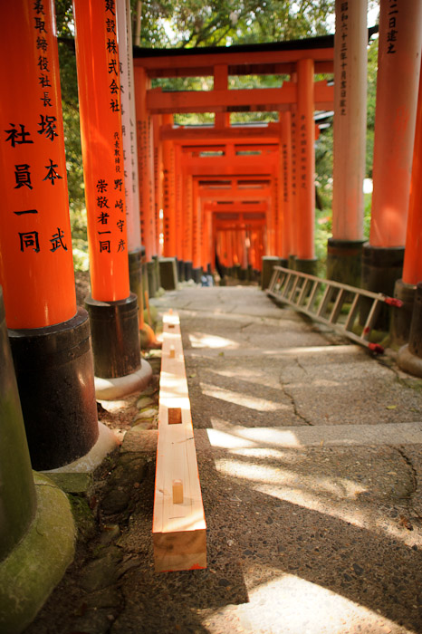 Cross Beam -- Fushimi-Inari Taisha (伏見稲荷大社) -- Kyoto, Japan -- Copyright 2011 Jeffrey Friedl, http://regex.info/blog/