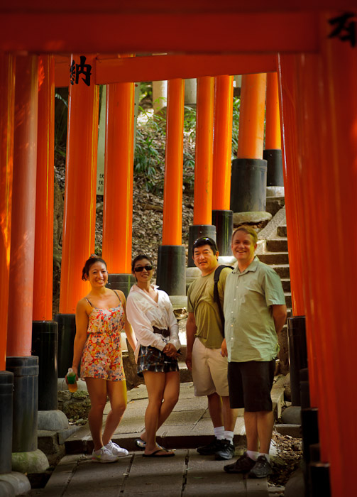 Mike and Entourage Lauren, Rachael, their dad, and Mike ( all out of focus; I have no idea what my problem was ) -- Fushimi-Inari Taisha (伏見稲荷大社) -- Kyoto, Japan -- Copyright 2011 Jeffrey Friedl, http://regex.info/blog/