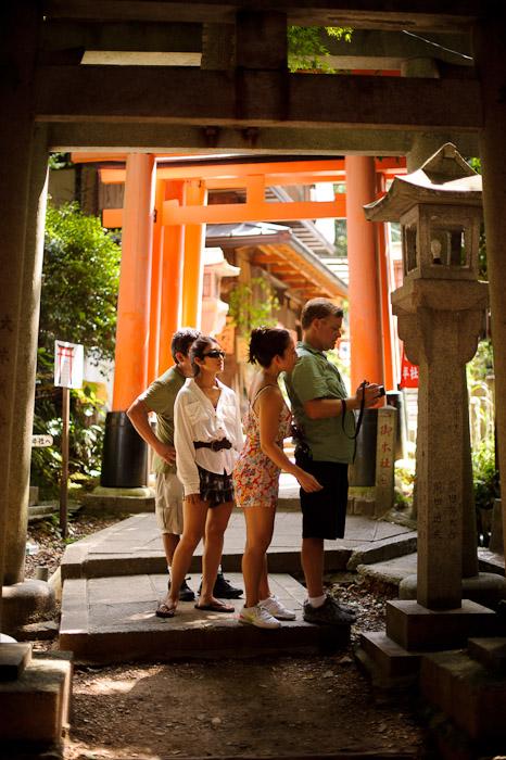 Group Effort -- Fushimi-Inari Taisha (伏見稲荷大社) -- Kyoto, Japan -- Copyright 2011 Jeffrey Friedl, http://regex.info/blog/