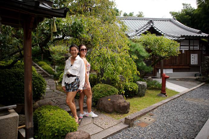 Sisters BFF Rachael and Lauren -- Fushimi-Inari Taisha (伏見稲荷大社) -- Kyoto, Japan -- Copyright 2011 Jeffrey Friedl, http://regex.info/blog/