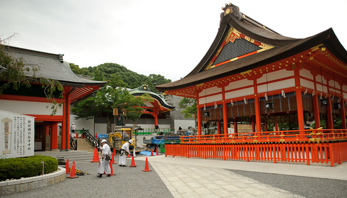 Hubbub at the Central Court -- Fushimi-Inari Taisha (伏見稲荷大社) -- Kyoto, Japan -- Copyright 2011 Jeffrey Friedl, http://regex.info/blog/