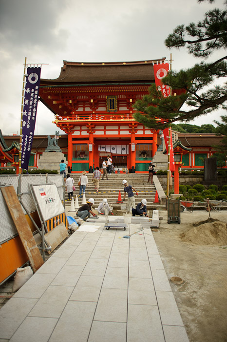 Under Construction Entrance Path -- Fushimi-Inari Taisha (伏見稲荷大社) -- Kyoto, Japan -- Copyright 2011 Jeffrey Friedl, http://regex.info/blog/