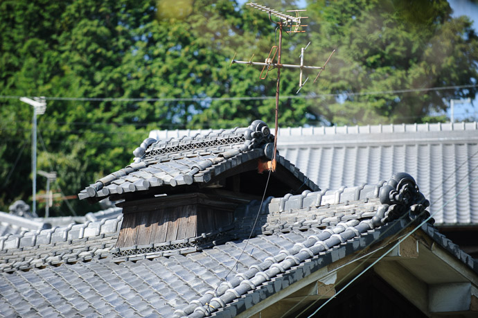 Old and Older the roof is certainly older than the rusty antenna, but in much better shape  --  Ikoma, Nara, Japan  --  Copyright 2011 Jeffrey Friedl, http://regex.info/blog/  --  This photo is licensed to the public under the Creative Commons Attribution-NonCommercial 3.0 Unported License http://creativecommons.org/licenses/by-nc/3.0/ (non-commercial use is freely allowed if proper attribution is given, including a link back to this page on http://regex.info/ when used online)