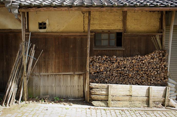 Wall Desktop-Background Versions 1280 × 800 · 1680 × 1050 · 1920 × 1200 · 2560 × 1600 -- Katano, Osaka, Japan -- Copyright 2011 Jeffrey Friedl, http://regex.info/blog/
