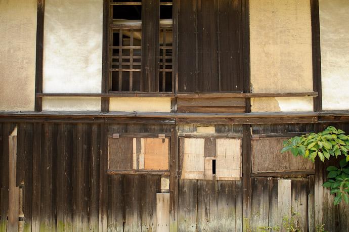 Wall #2 Desktop-Background Versions 1280 × 800 · 1680 × 1050 · 1920 × 1200 · 2560 × 1600 -- Katano, Osaka, Japan -- Copyright 2011 Jeffrey Friedl, http://regex.info/blog/